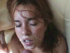 زن دارای موی سرخ در اتاق نشیمن. جدیدترین کلیپ سکسی